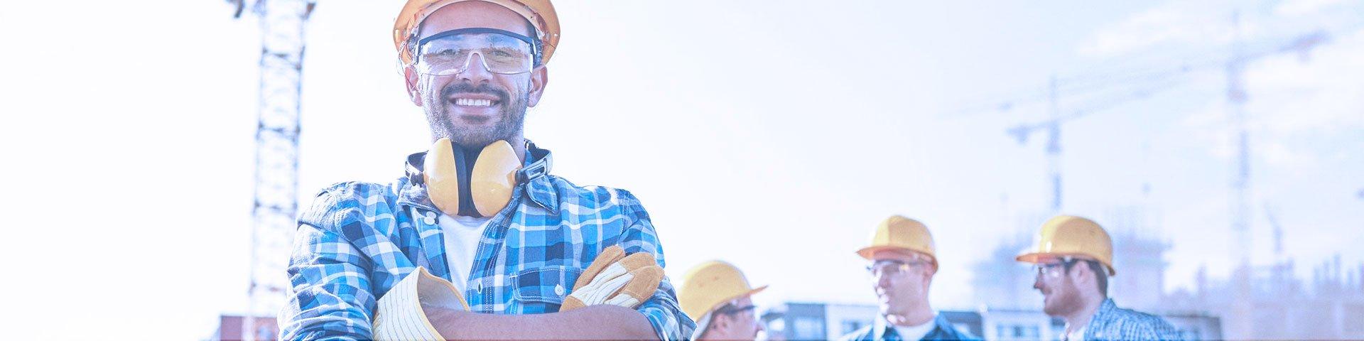 trabalhadores felizes com equipamentos de segurança