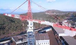 vista aérea do pátio real guindastes com grua ao centro e equipamentos embaixo