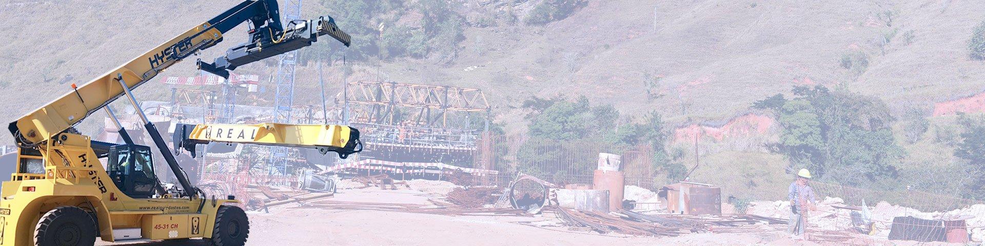 empilhadeira e plataforma real guindastes em obra transportando material