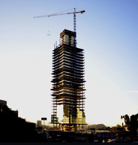 grua operando em construção de prédio no bairro belvedere