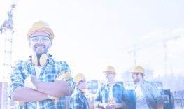 trabalhadores felizes com equipamentos de segurança real guindastes
