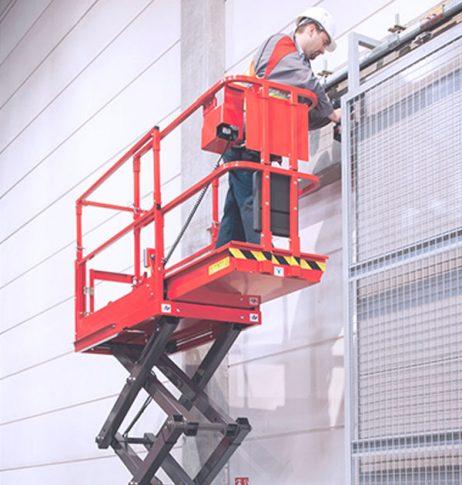 plataforma elevatória com operário trabalhando