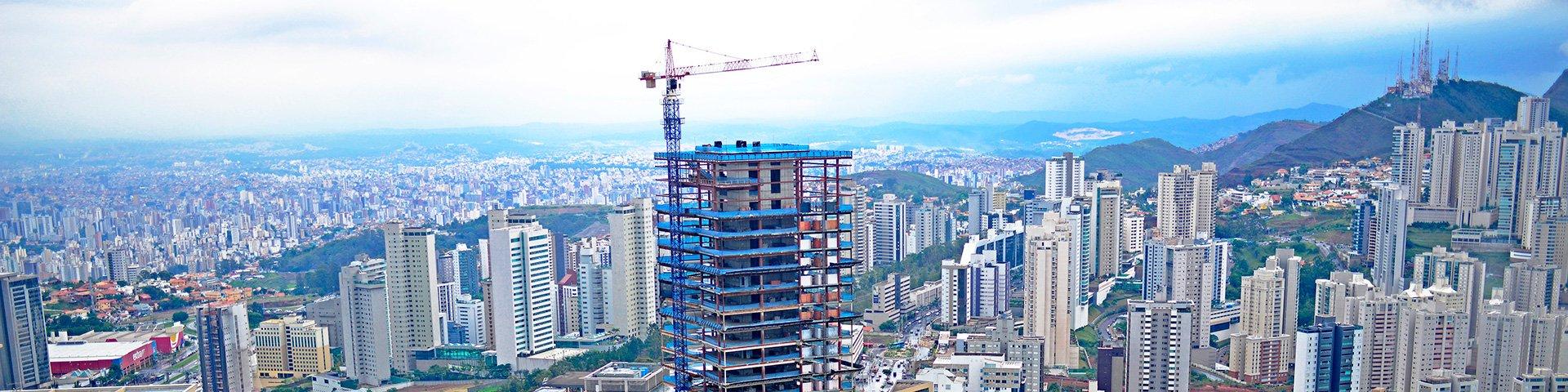 grua LIEBHERR real guindastes trabalhando em construção do edifício concórdia construtora paranasa com belo horizonte ao fundo bairro belvedere