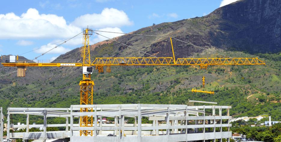 grua liebherr em construção de centro de distribuição - governador valadares
