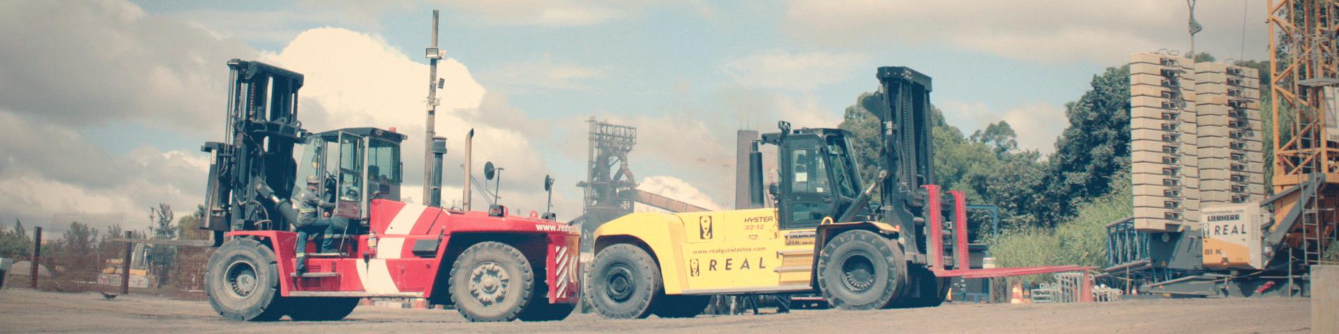duas empilhadeiras real guindastes em frente fábrica