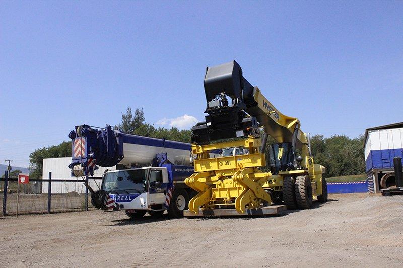 Reach Stacker Hyster 46-33CH estacionado ao lado de guindaste Liebherr 1350