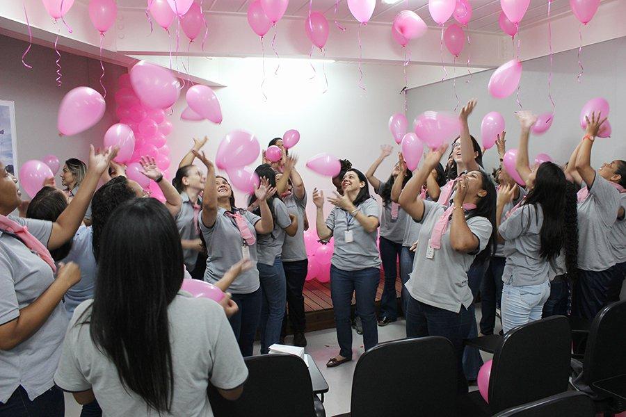 dinâmica com balões animou as colaboradoras no outubro rosa