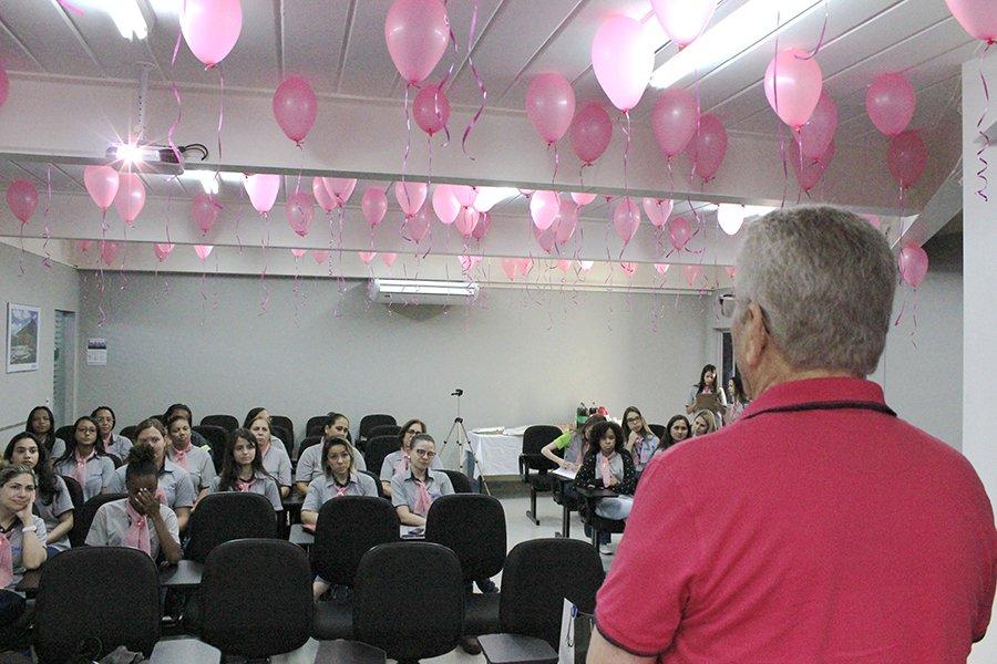 diretor da real guindastes abre palestra do outubro rosa