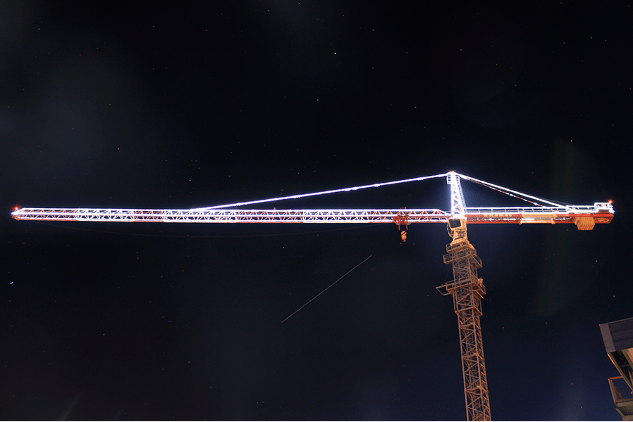 Iluminação de Natal destaca a grua Liebherr 280 EC-H 12 Litronic instalada na Unidade Central da Real Guindastes