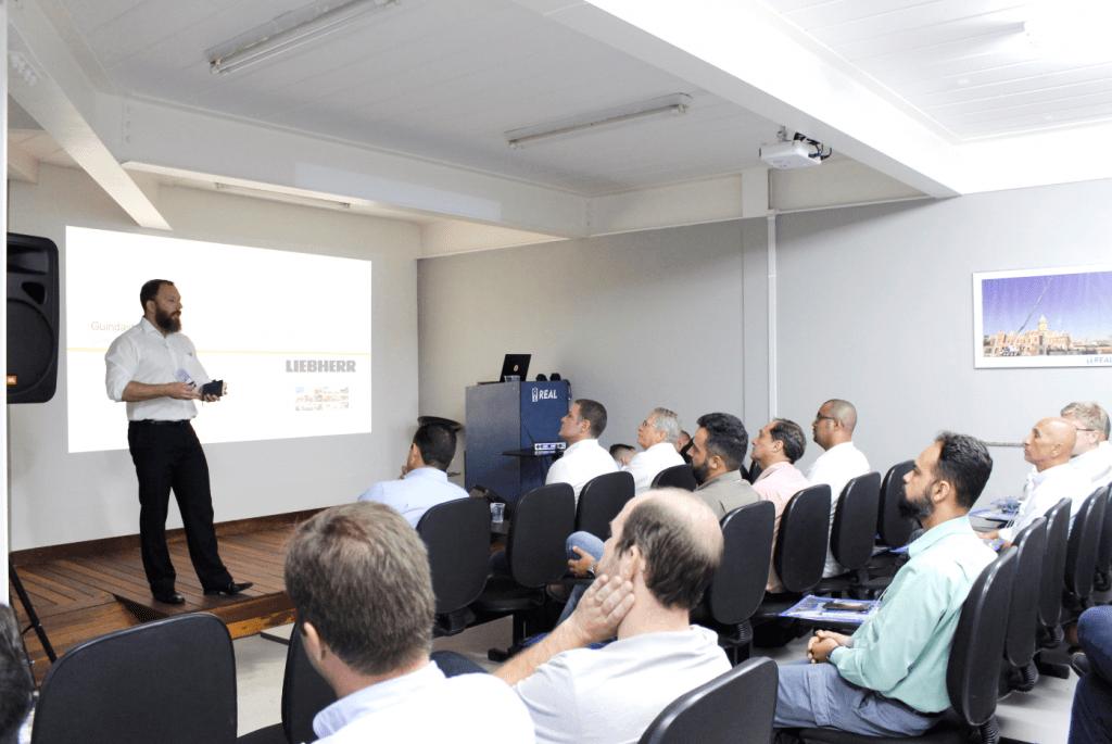 liebherr apresentou palestra sobre característicos do equipamento