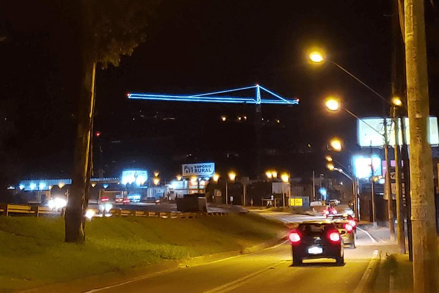 lâmpadas instaladas na grua liebherr destacam-se à noite