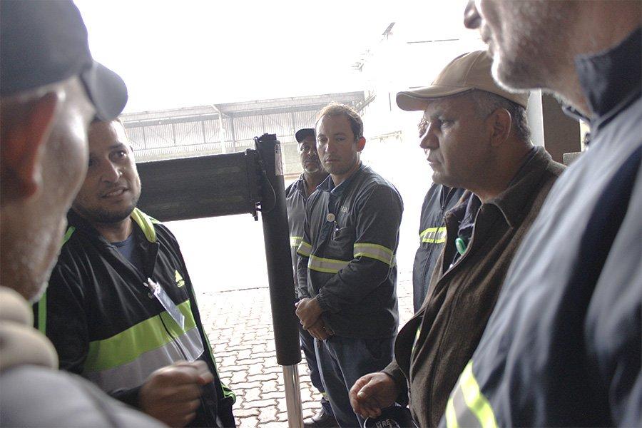 tecnico apresentando treinamento para equipe da real guindastes