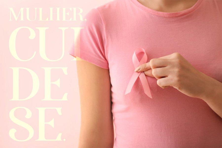 mulher segurando laço rosa
